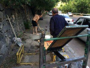 street workout armenia - przygotowanie miejsc do ćwiczeń przez uczestników