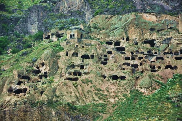 skalne miasto Wardzia w gruzji