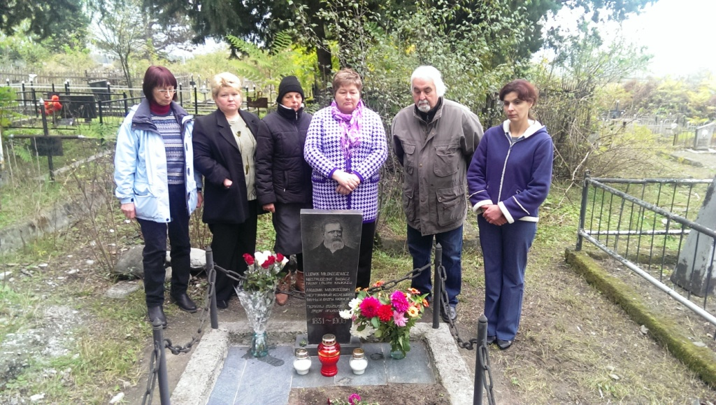 ludzie zebrani przy grobie młokosiewicza