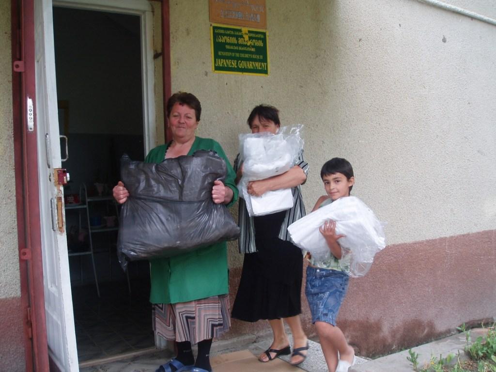 Pracownicy i wychowankowie domu dziecka w Rustawi.