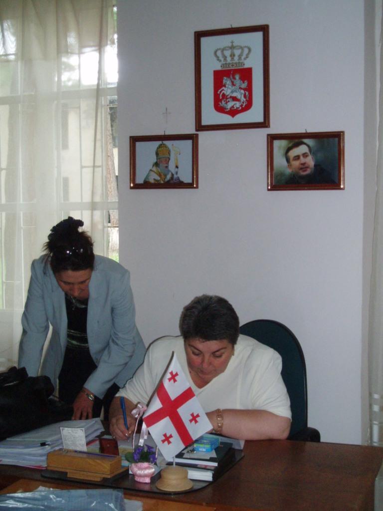 Gruzja 2007 – katolikos Ilia II i prezydent Misza Saakaszwili, bohaterowie narodu. Pani dyrektor podpisuje odbiór darów z Polski.