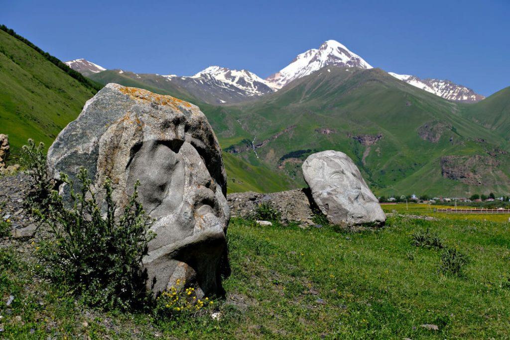 dolina sno kamienne głowy gruzja