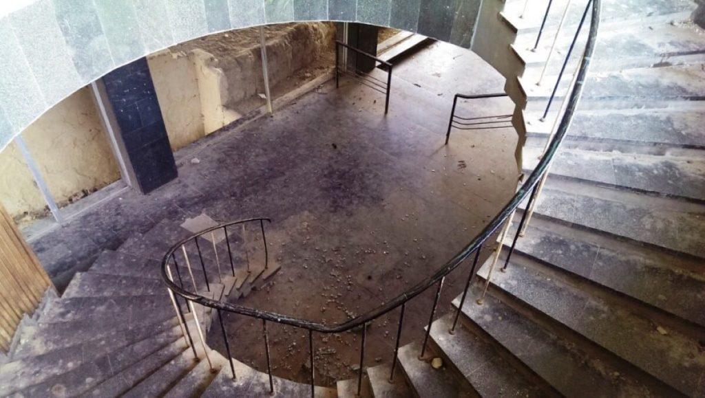 Dom kultury w Mcchecie przed remontem klatka schodowa