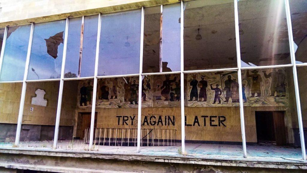 Dom kultury w Mcchecie przed remontem tyl socjalistyczny fresk
