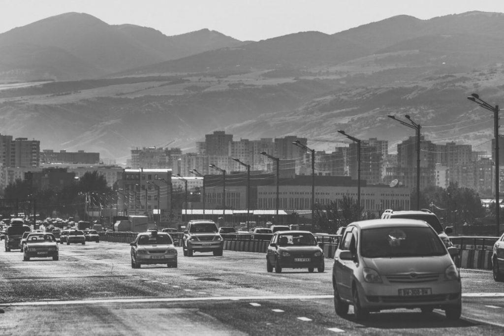 ulica droga ruch samochody w gruzji kaukaz