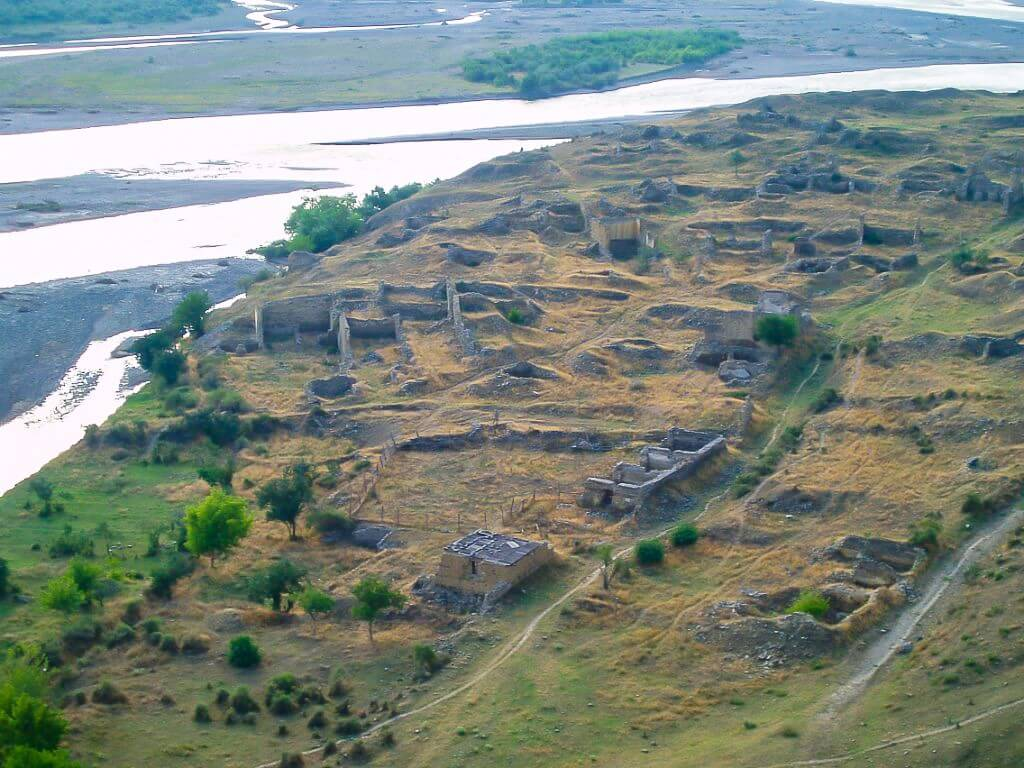 Uplisciche najstarsze miasto skalne w Gruzji cmentarzysko za miastem