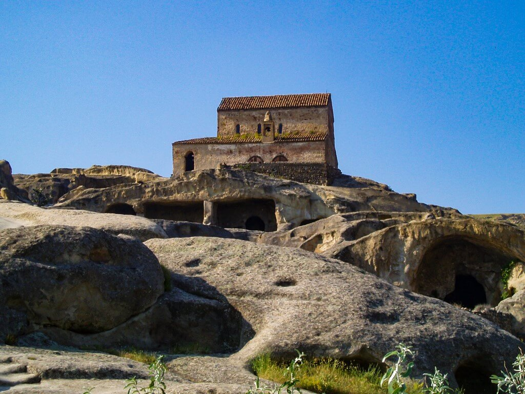 Uplisciche najstarsze miasto skalne w Gruzji widok cerkiew skalne pieczary sale