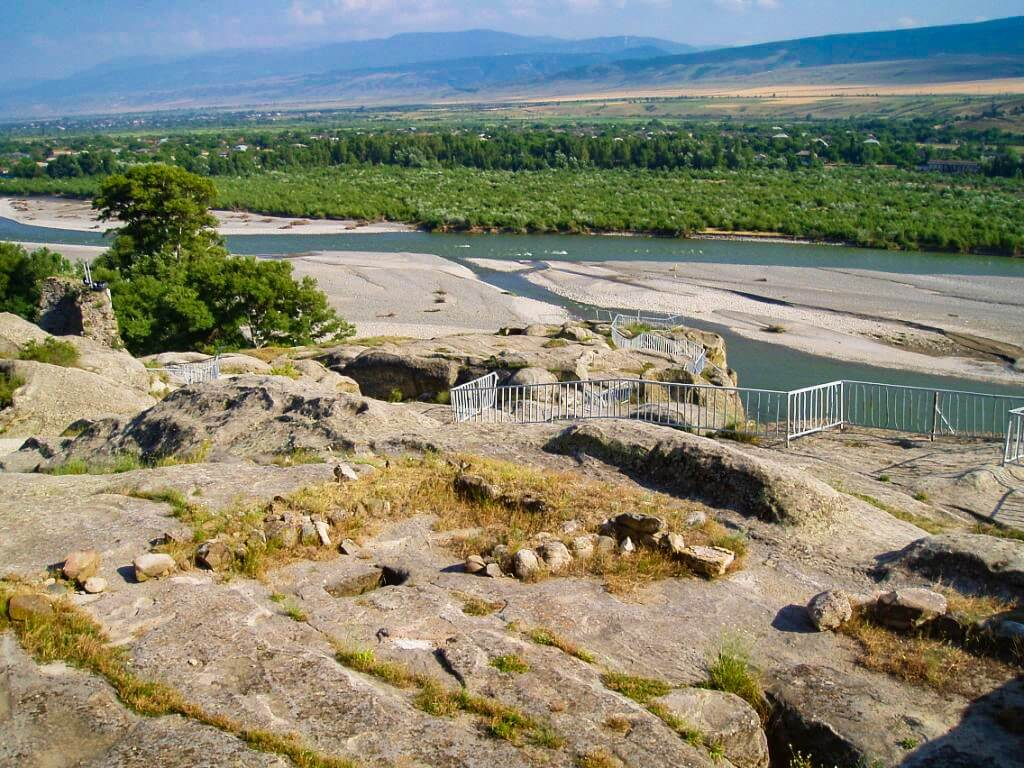 Uplisciche najstarsze miasto skalne w Gruzji widok na rzekę balustrada