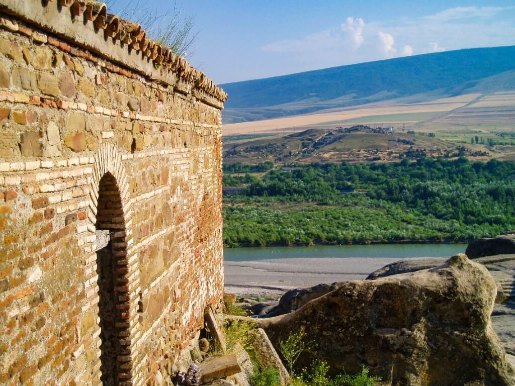 Uplisciche najstarsze miasto skalne w Gruzji widok przy cerkwi cerkiew mury cerkwi
