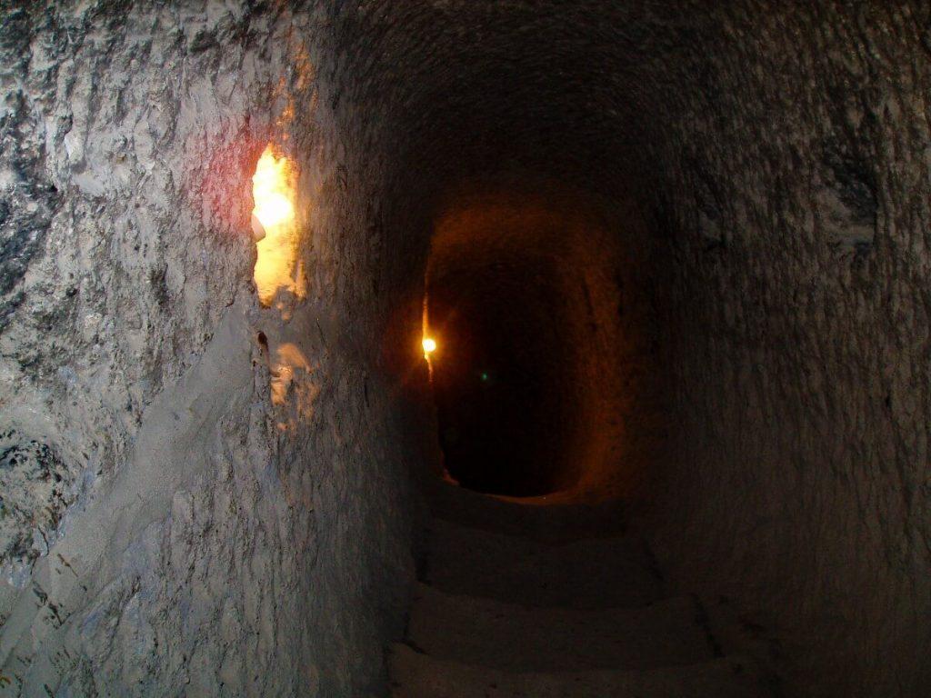 Wardzia skalne miasto Gruzja Kaukaz tunel
