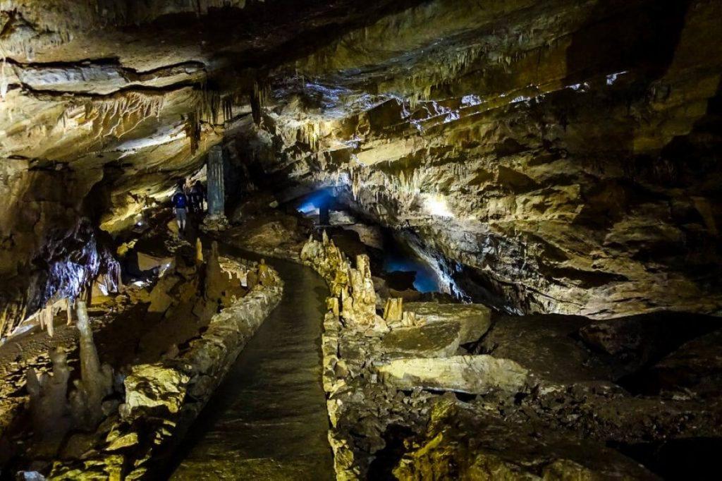 Jaskinia Prometeusza stalaktyty stalagmity Imeretia Gruzja