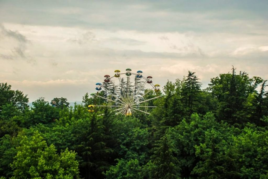 Lunapark w Kutaisi diabelski mlyn