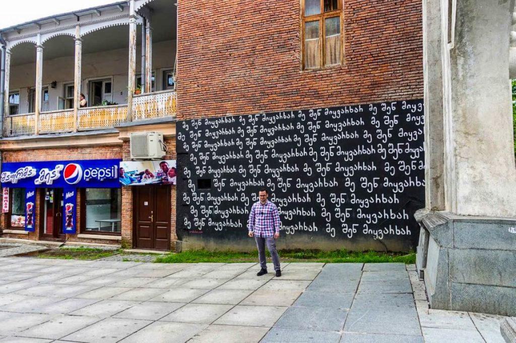 Mural w centrum Kutaisi street art graffiti Gruzja Kocham Cie