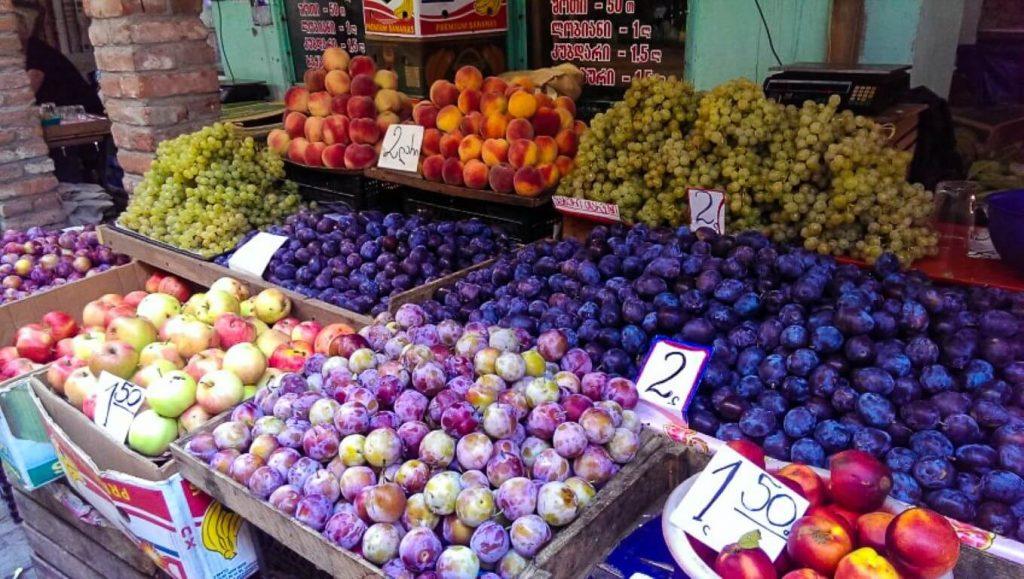 Owoce bazar w Kutaisi typowy wschodni bazar