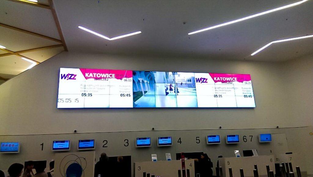 Tablica lotów na lotnisku w Kutaisi loty do Gruzji wizz air Kutaisi