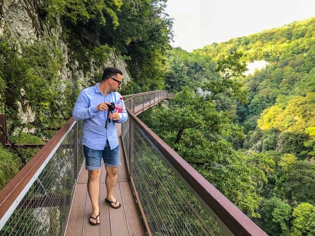 Okatse kanion Gruzja zwiedzanie kladka most Imeretia