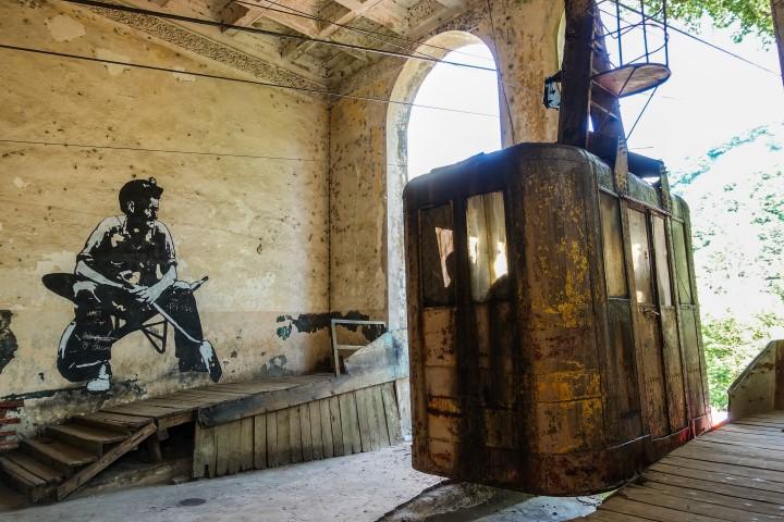 Słynna stacja w Cziatura z popularnym muralem, który przedstawia górnika.