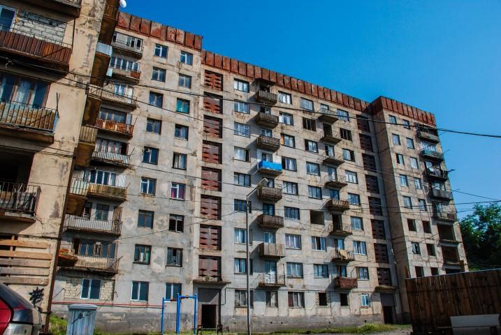 Blok w Cziatura mieście kolejek linowych w Gruzji
