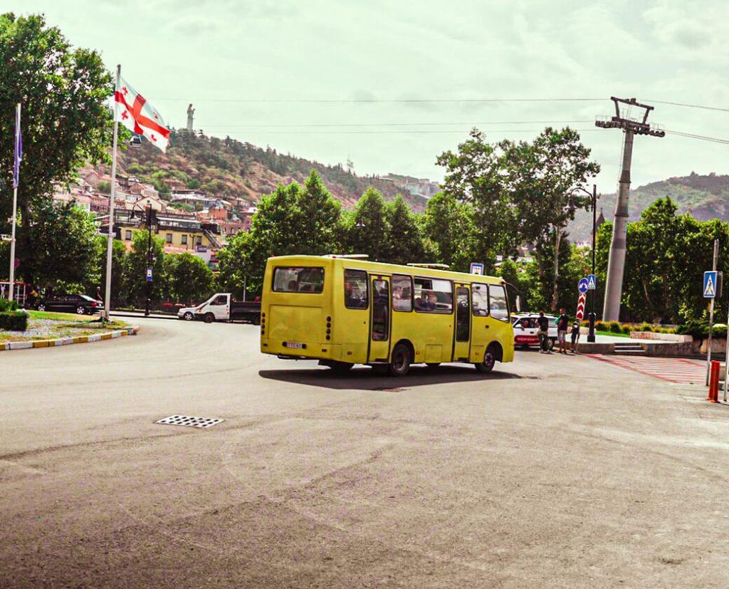 Autobus w Tbilisi centrum miasta