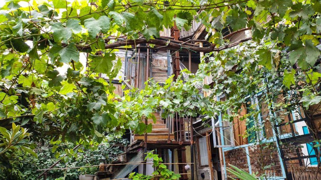 wloskie podworka drewniana zabudowa tarasow balkon tbilisi wloskie podworka