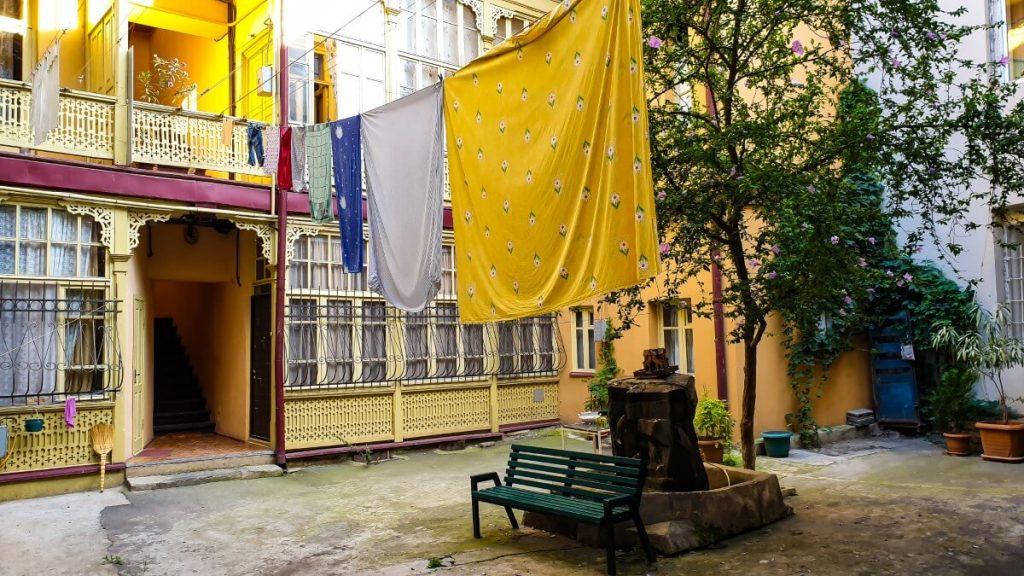 wloskie podworka drewniana zabudowa tarasow balkon tbilisi wloskie podworka pranie