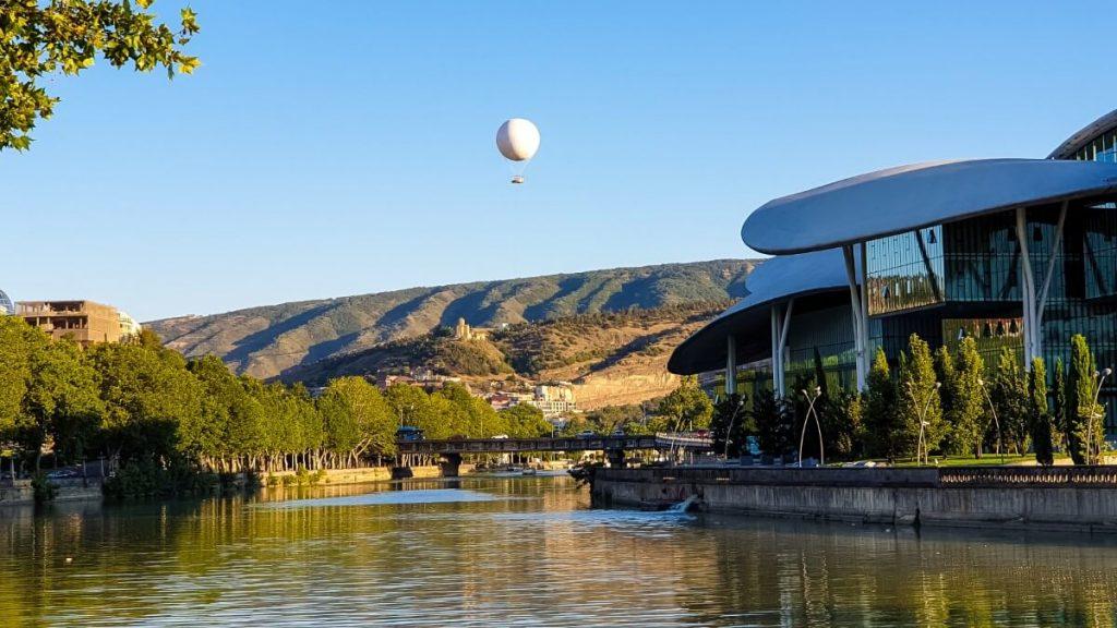 tbilisi urzad miasta dom prawa balon twierdza narikala rzeka mtkwari