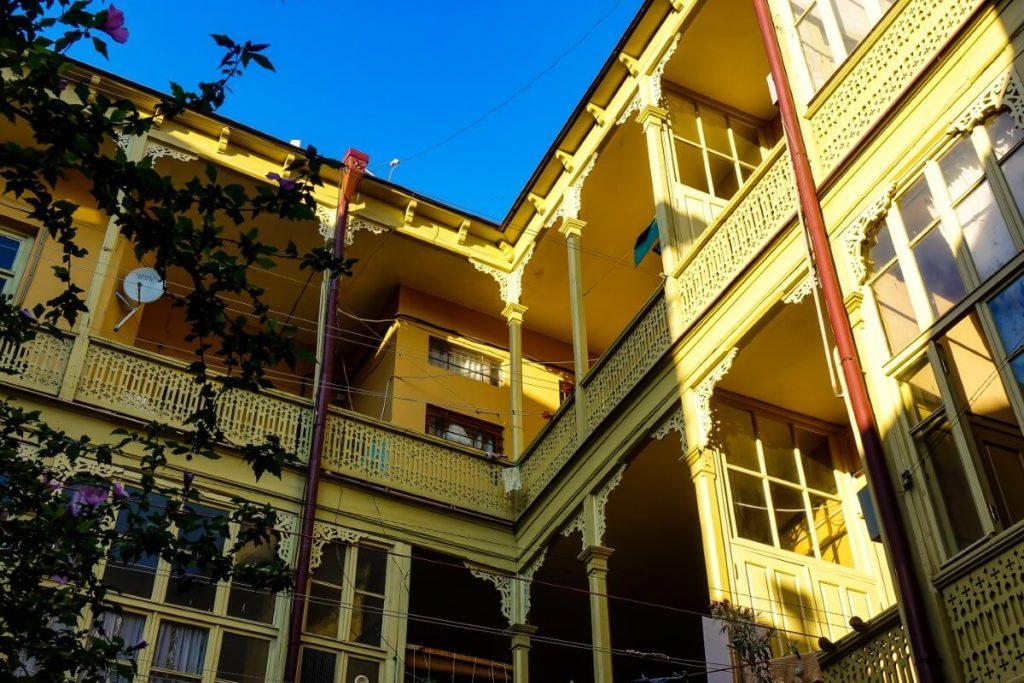 wloskie podworka drewniana zabudowa tarasow balkon tbilisi wloskie podworka kaukaz