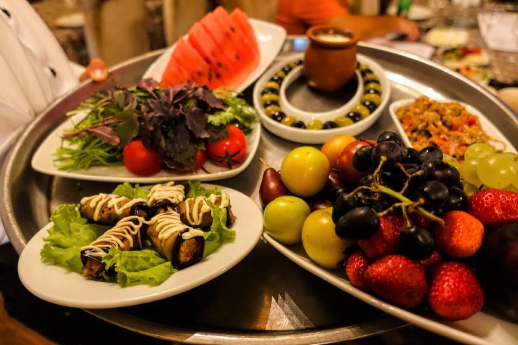 Azerbejdzan kuchnia owoce salatki przekaski restauracja Baku