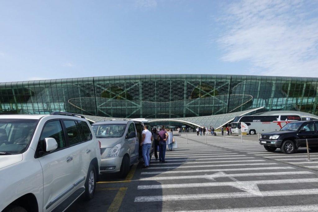 Lotnisko Baku Azerbejdzan terminal hala przylotow