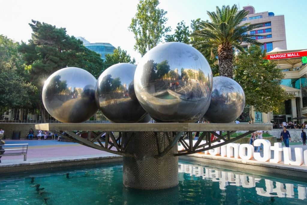 Azerbejdzan Baku sztuka nowoczesna fontanna