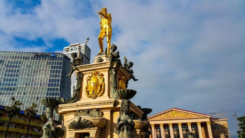 Batumi pomnik Neptuna fontanna hotel panorama