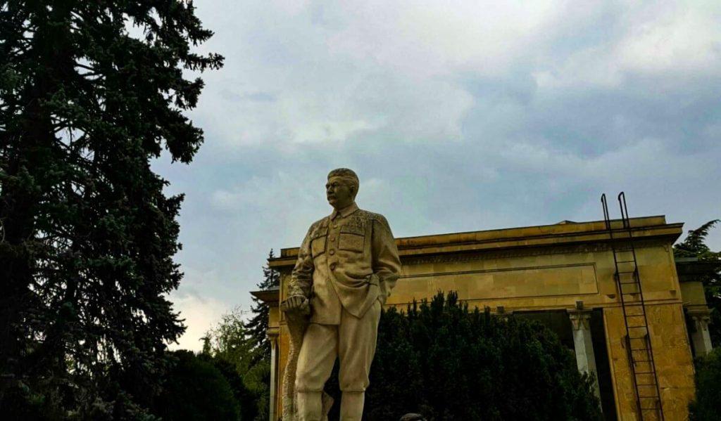 Gori zycie w cieniu Stalina