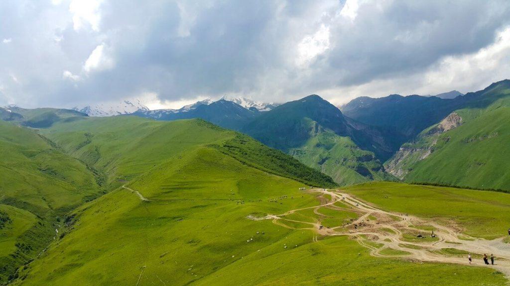 Cminda Sameba z widokiem na Kazbek