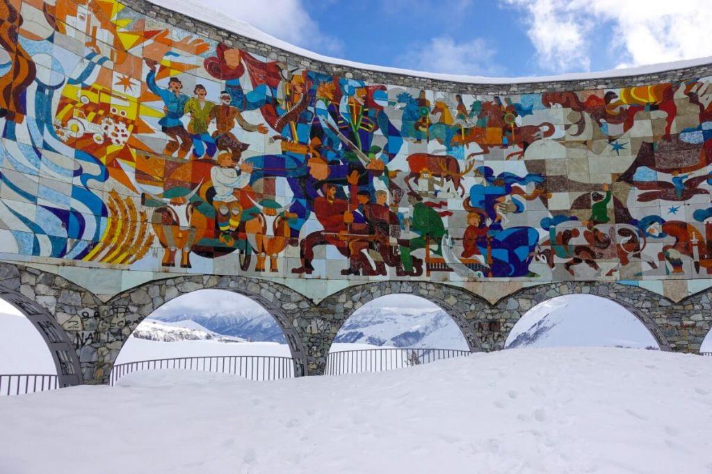 narty w gruzji gudauri raj dla narciarzy pomnik arka radziecka mozaika