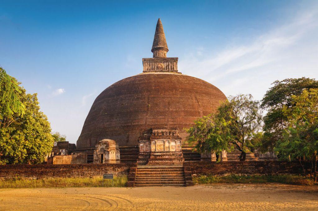 Świątynia Rankot Vihara w mieście Polonnaruwa, Sri Lanka
