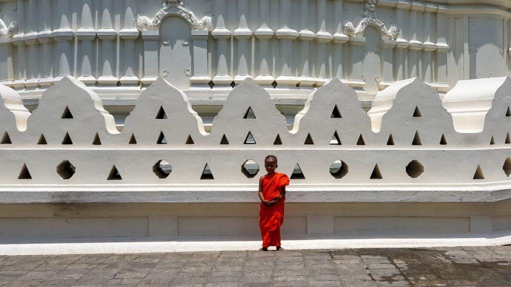 mlody mnich buddyzm kandy swiatynia sri lanka