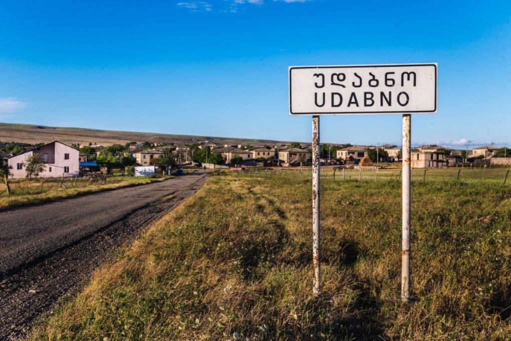 Udabno droga do Dawid Garedza Gruzja Kachetia Kaukaz Polska restauracja Oasis Club wjazd do wioski